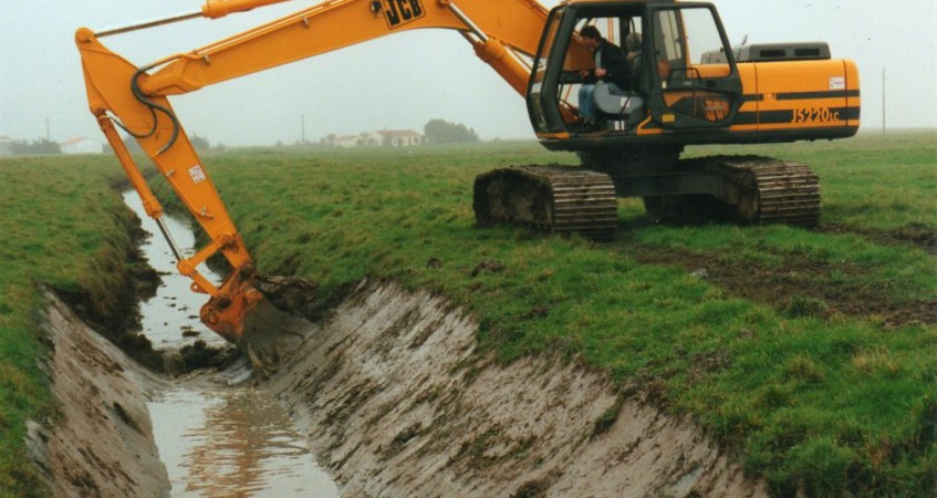 Drainage terrain et creusement fossé